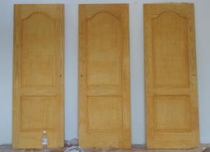 Durvis jau nobeicētas un nolakotas